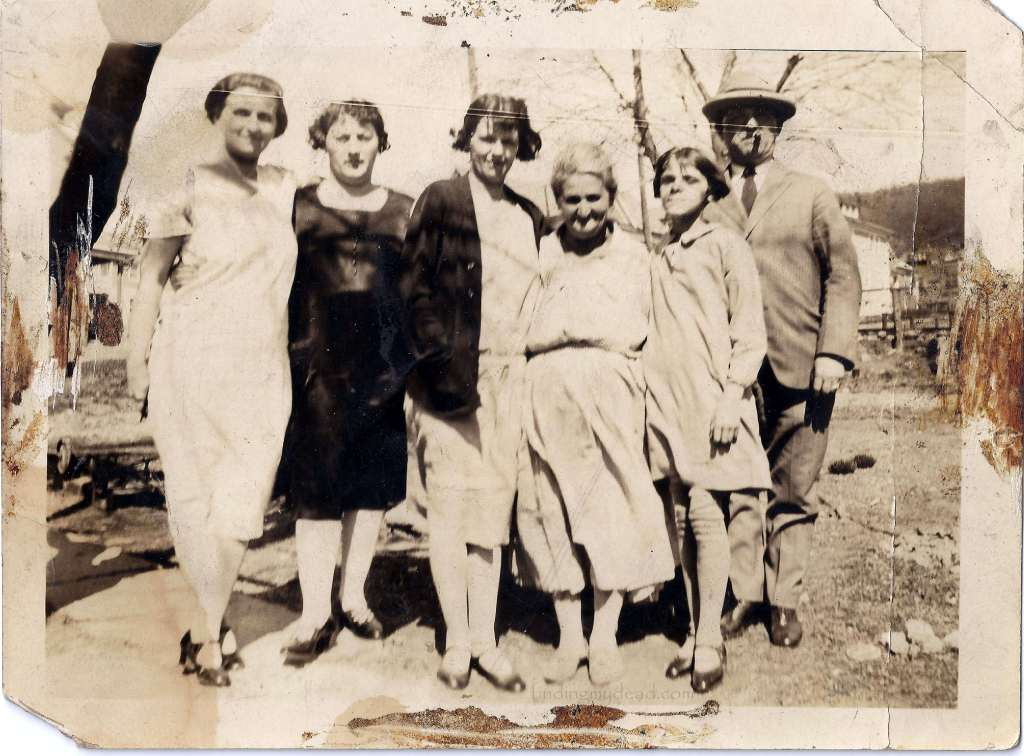 Rosamond Nahodil and her daughters